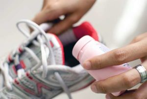 Как избавиться от запаха в обуви: удаляем неприятный запах пота и плесени народными средствами